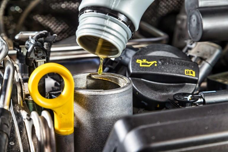 Как правильно доливать масло в двигатель
