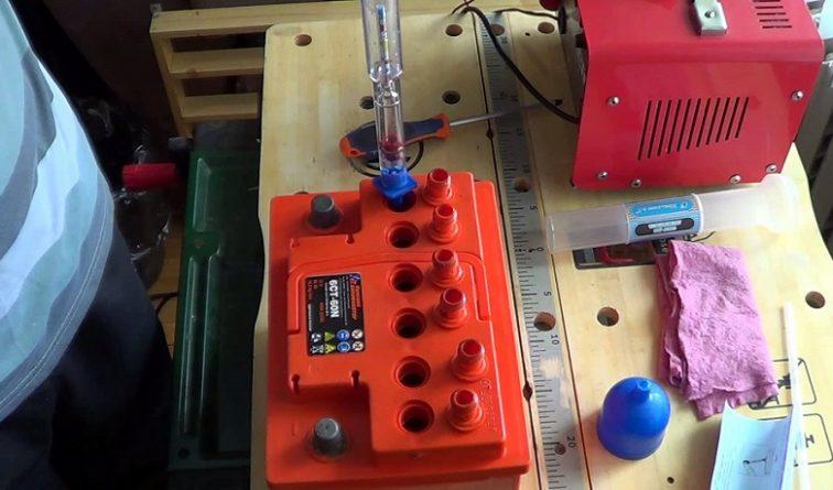 Проверка уровня плотности электролита
