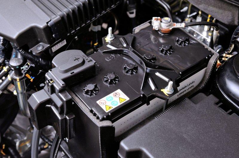 обслуживаемый автомобильный аккумулятор