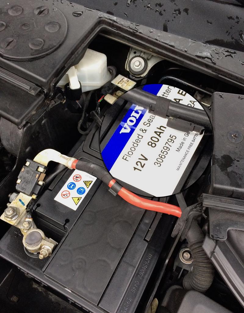 Автомобільний акумулятор – це пристрій, необхідний для запуску двигуна і роботи різних електропристроїв машини. В ряді випадків виникають такі ситуації, коли автовласнику потрібно зняти АКБ з машини, але при цьому водій просто не знає, як правильно це зробити. Справа в тому, що необхідна правильна послідовність дій, щоб виключити ураження струмом і які-небудь проблеми для електропроводки в автомобілі. Поговоримо детальніше про те, як правильно знімати акумулятор з автомобіля.