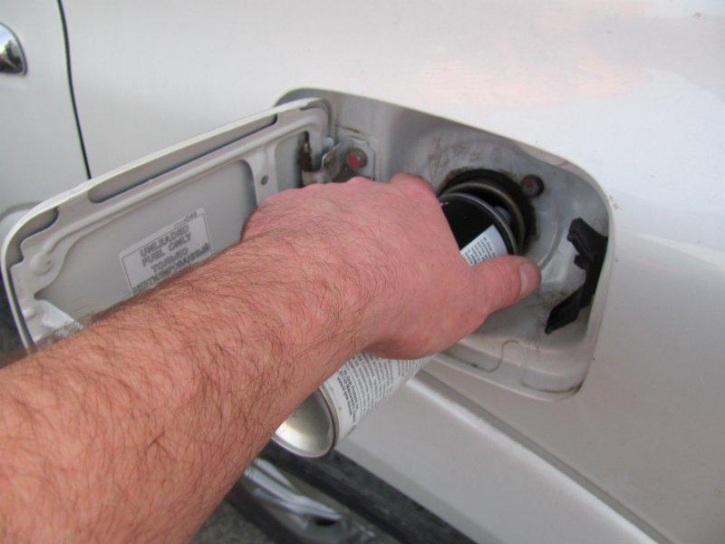 Удаление воды из бензобака с помощью соответствующей автохимии