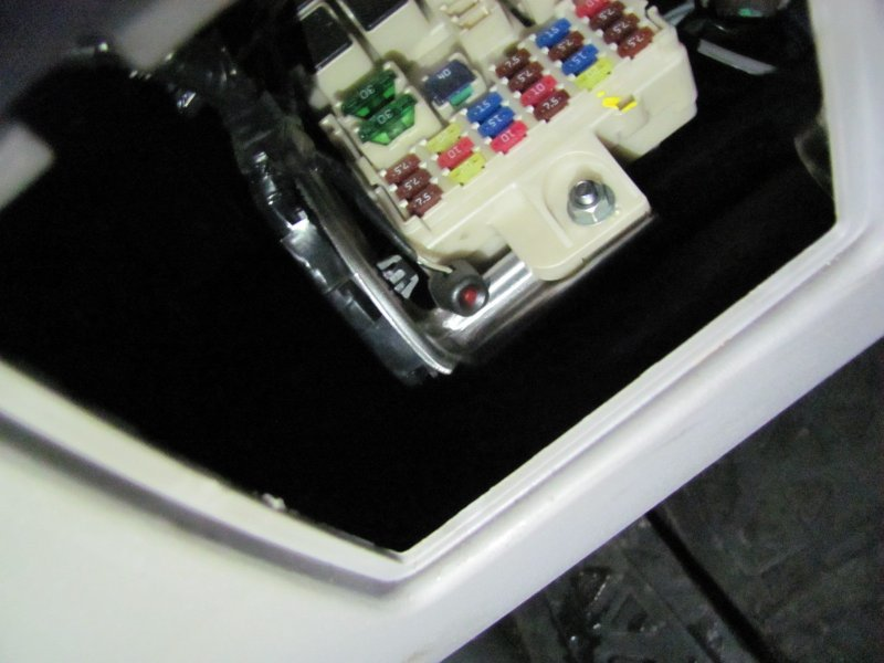 С помощью кнопки Валет можно отключить сигнализацию и только лишь с использованием ключа завести автомобиль.