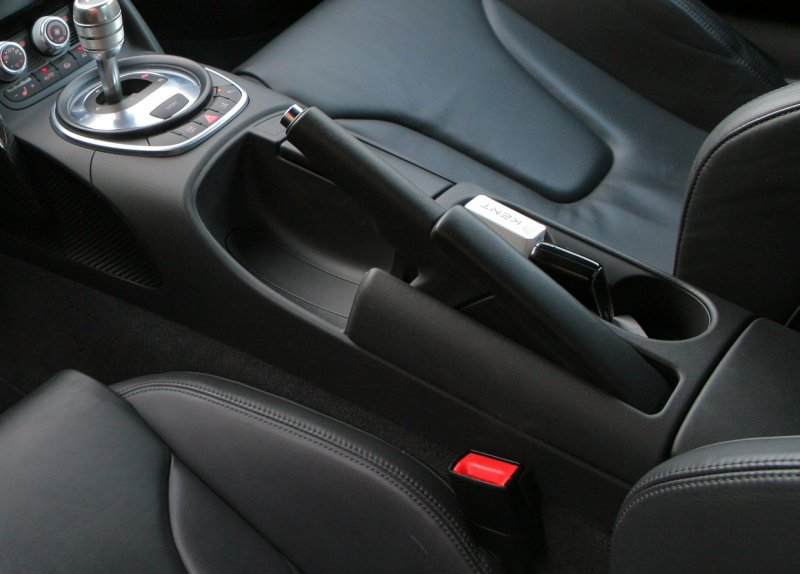 Отказали тормоза: допускается ли торможение на ходу ручником?