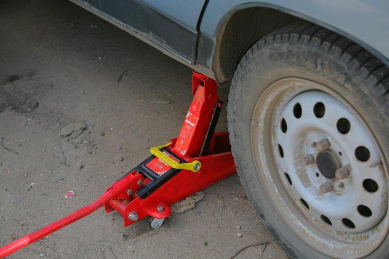 Рекомендації по правильному використанню домкрата при підйомі авто
