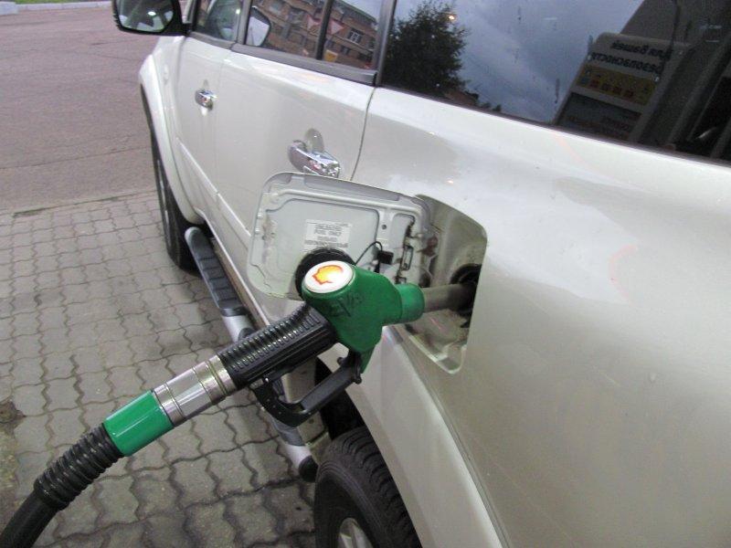 По каким причинам на одних авто горловина бензобака расположена слева, а на других справа