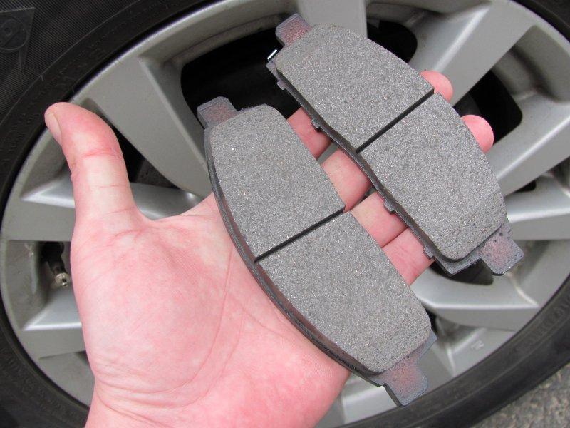 Как самостоятельно определить степень износа тормозных колодок и дисков