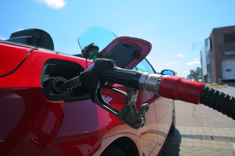 Как заправочный «пистолет» определяет заполнение бака топливом?