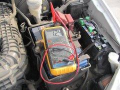 Какое напряжение выдает генератор заряжая аккумулятор