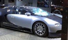В британском автосалоне разбили Bugatti Veyron