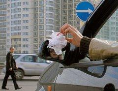 Дорожные камеры научатся штрафовать водителей за выкинутый из окна мусор