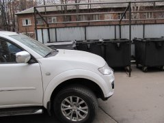 Новый штраф для подмосковных водителей: наказывать будут за парковку рядом с мусорными баками
