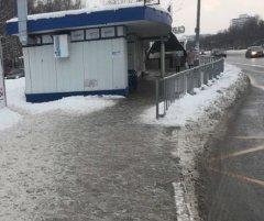 В Набережных Челнах остановку общественного транспорта отгородили забором от подъезжающих автобусов